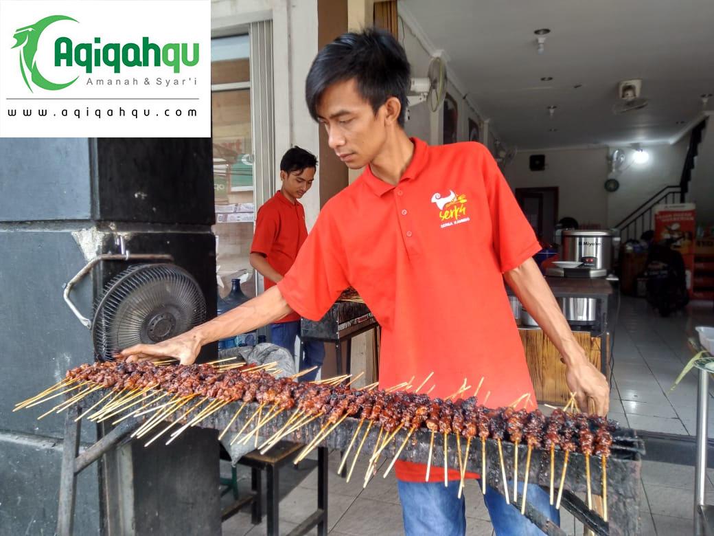 karyawan sedang membakar sate hasil aqiqah